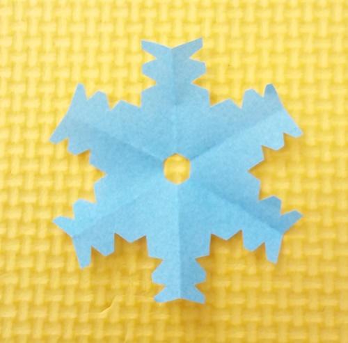 雪の結晶を切り絵で簡単に子ども(園児)でも!工程少なくシンプル